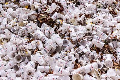 Vasos plásticos acumulados. Han contaminado al mundo desde antes y durante la tecnología.