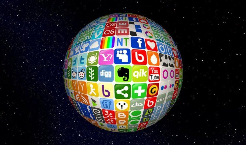 Como influyen las redes sociales en la sociedad. Imagen del planeta hecho con los logos de las redes sociales. Al fondo el espacio.